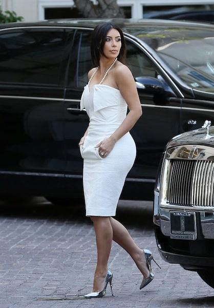 Kim Kardashian en jolie robe blanche dotée d'une chaîne de perle