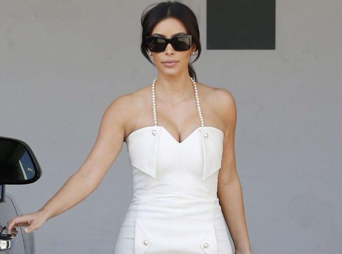 Kim Kardashian en robe blanche à perles très près du corps