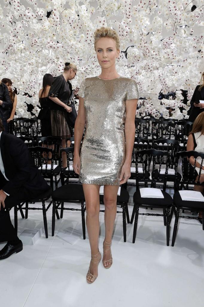 charlize theron en petite robe brillante au défilé haute couture de dior