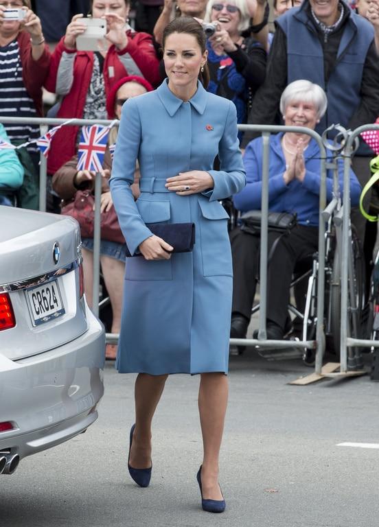 Kate Middleton arborait un manteau bleu marine signé Alexander McQueen
