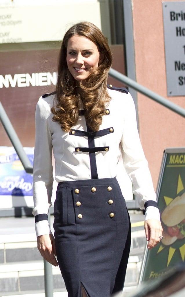 Kate Middleton adopte une tenue blanche et bleue marine dans un style militaire