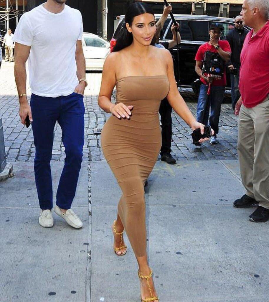 Kim Kardashian portait une robe bustier moulante